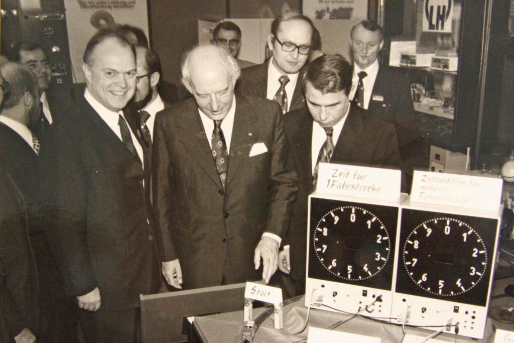 Bundespraesident Walter Scheel (Bildmitte) 1975 - Eröffnung der Hannover Messe